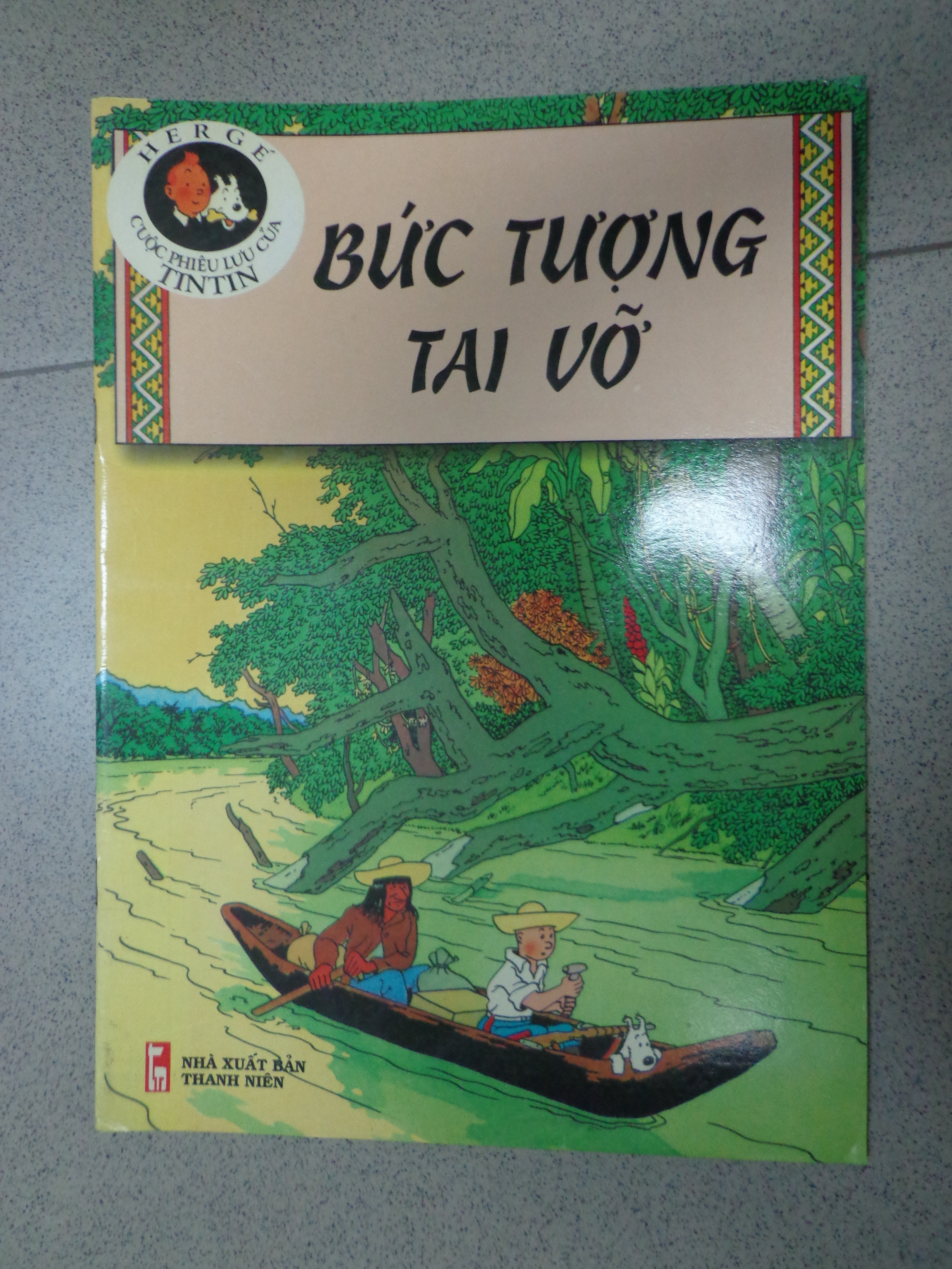 Tintin - The Broken Ear in Vietnamese.