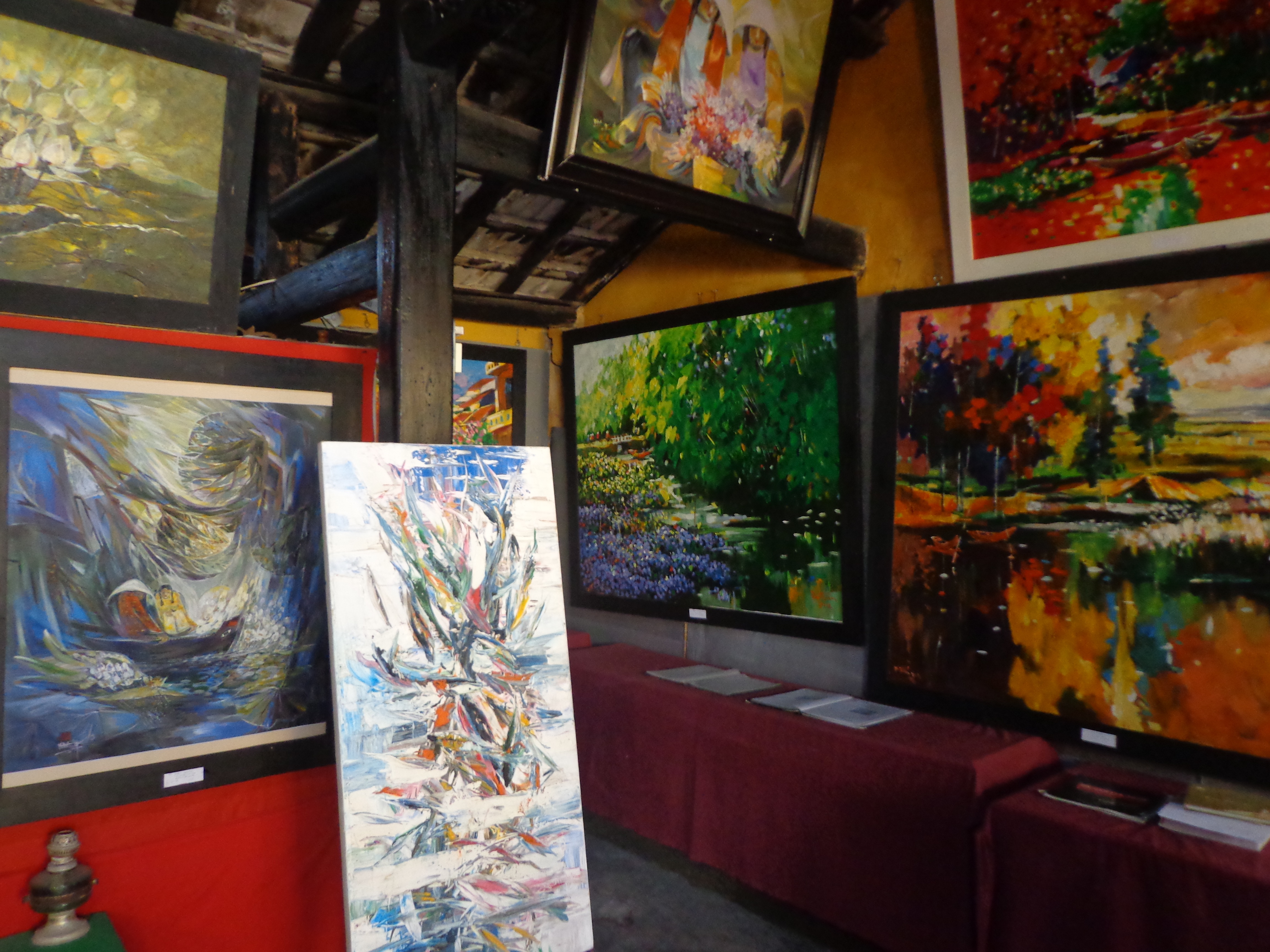 The Hoi An art gallery contains many paintings by renowned and up coming Vietnamese artists. This small gallery can be easily missed amidst the chaos of central market.