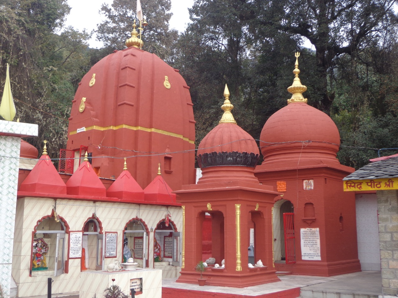 The Aghanjar temple complex has many smaller temples dedicated to various deities and saints.