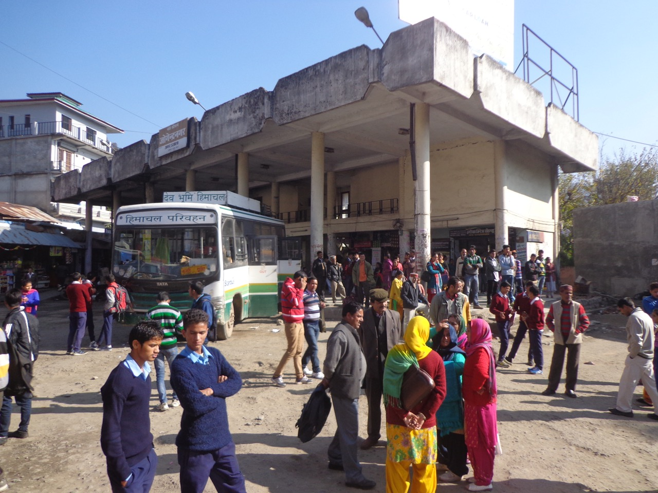 Joginder Nagar bus stand. It is situated midway between Palampur and Mandi. The bus took a 20 minutes break here.