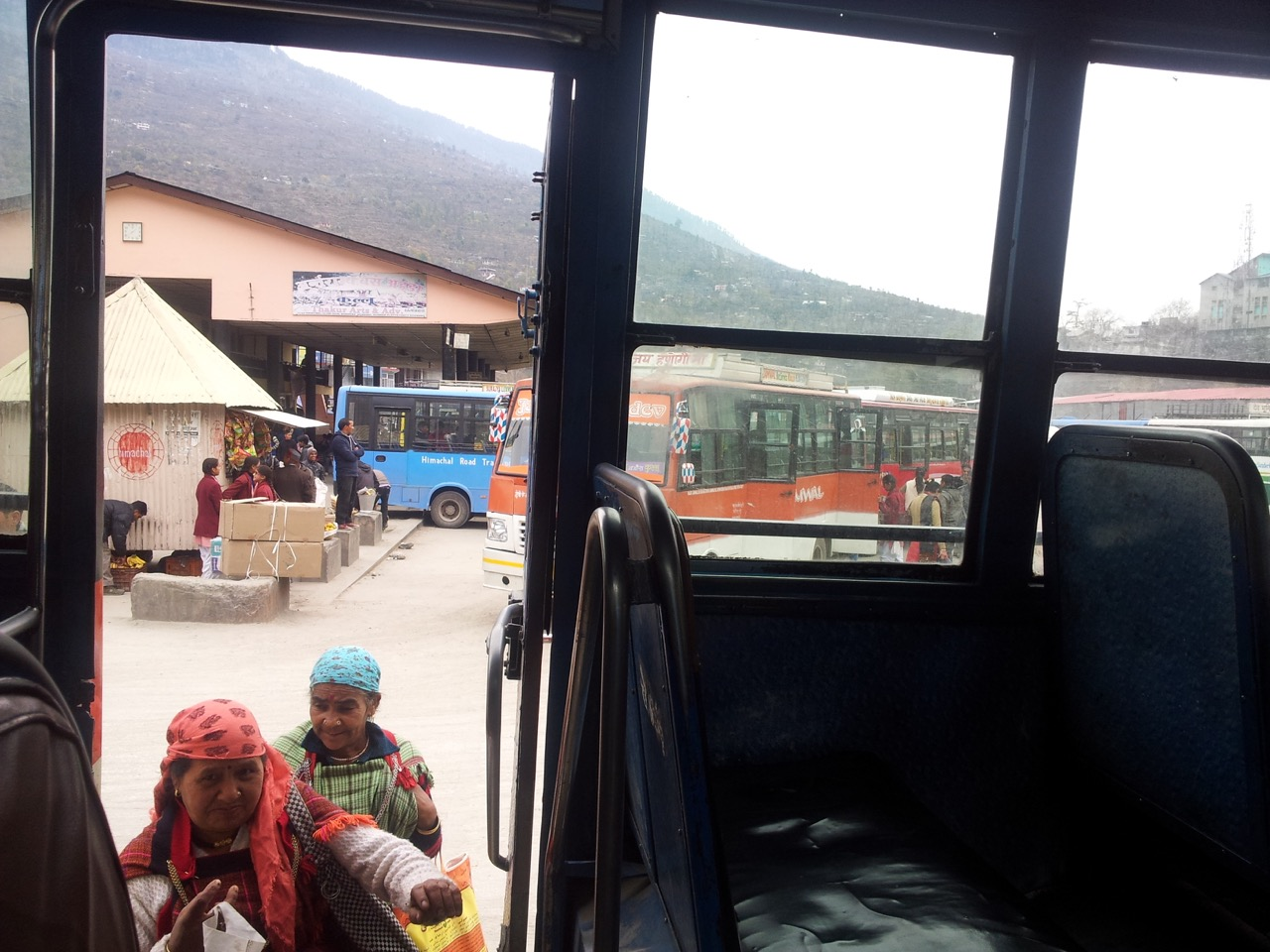 Kullu bus stand. I was already feeling the lowering of temperatures.