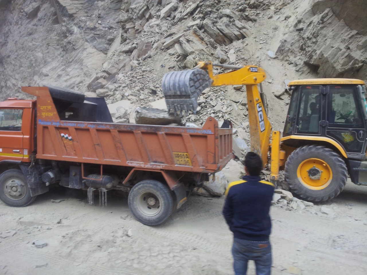 There was a landslide on Mandi tunnel road between Aut and Pandoh on Dec 7th. The debris are still being cleared.