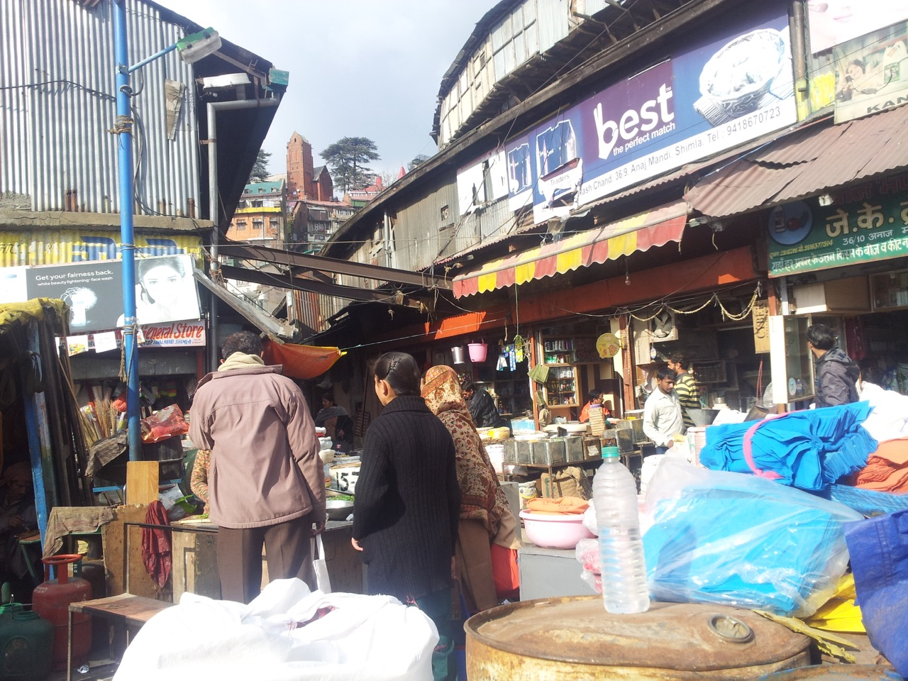 The anaj mandi market specialises in groceries.