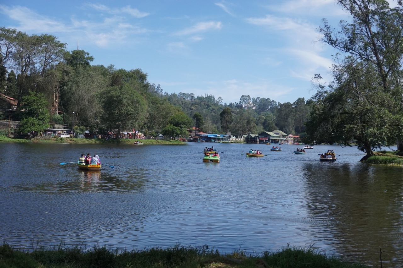 How can there be no boating rides in a lake that is huge enough to have a perimeter of 4.6 kms? As the day progressed, the length of the queues for boating increased.