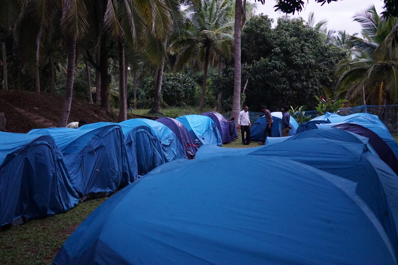 While the group was shaking a leg, the guys at the resort were busy setting up the tents for our overnight sleep.
